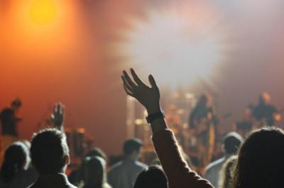 """Auf den großen Konzerten dieser Welt feiern tausende von """"fremden"""" Menschen """"GEMEINSAM"""", wie eine """"Familie"""". Dabei ist eine starke Verbundenheit zu spüren. Wie kann so etwas familiäres entstehen?"""